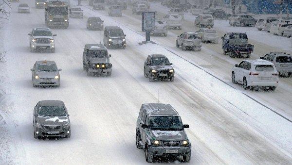 Автомобили на проспекте 100-летия Владивостоку во время снежного циклона во Владивостоке