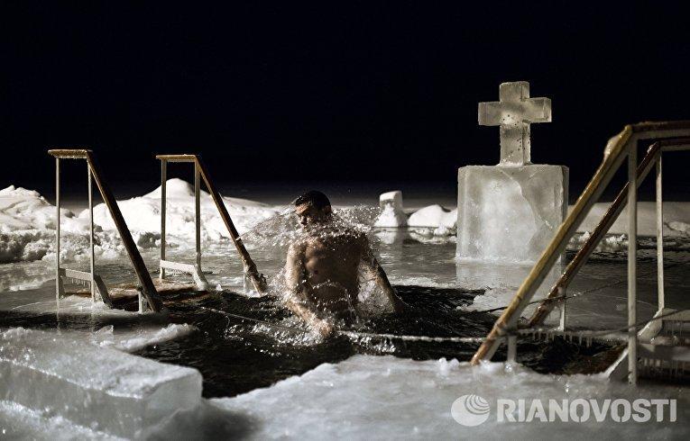 Крещенские купания в озере Валдайского Иверского Святоозерского монастыря