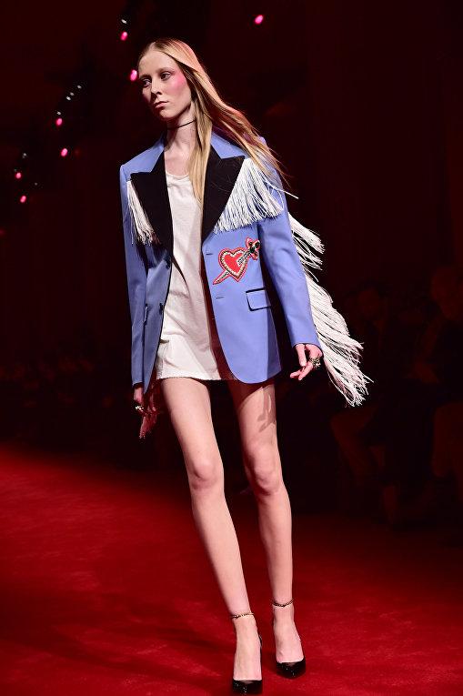 Модель представляет коллекцию модного дома Gucci на Неделе моды в Милане
