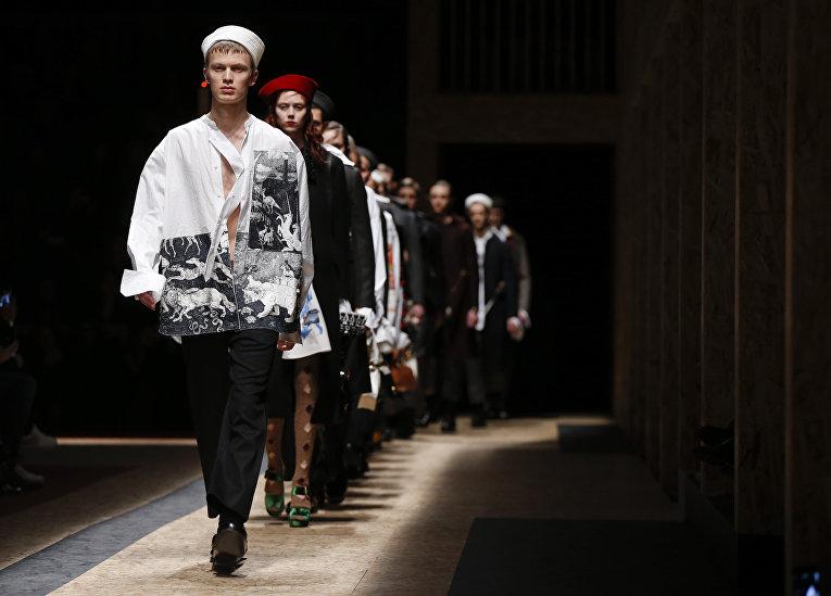 Модели представляют коллекцию Prada на неделе моды в Милане
