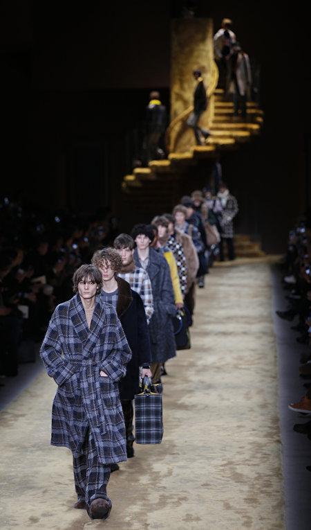 Модели представляют коллекцию Fendi на неделе моды в Милане
