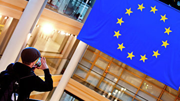 Турист фотографирует флаг Евросоюза. Архивное фото