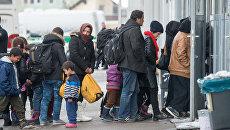 Беженцы в очереди на регистрацию в Пассау, Германия. Архивное фото