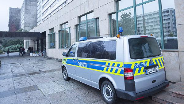 Полицейская машина у офиса миграционной службы в Галле, Германия. Архивное фото