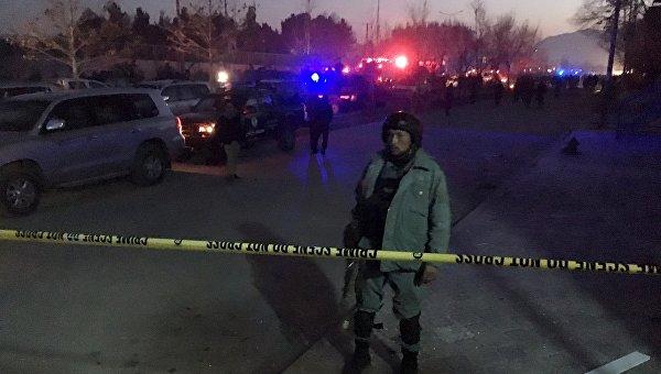 Полиция на месте взрыва возле посольства РФ в Кабуле. 20 января 2016