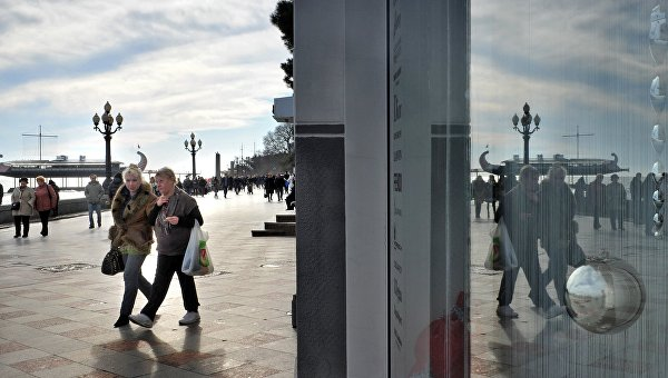 Прохожие на зимней набережной Ялты, Крым. Архивное фото
