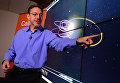Ученый Калифорнийского технологического института показывает орбиту предполагаемой девятой планеты в Солнечной системе