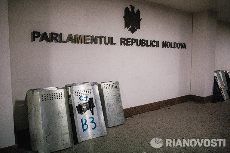Щиты сотрудников правоохранительных органов у здания парламента в Кишиневе. В столице Молдавии прошли масштабные акции протеста оппозиционных сил