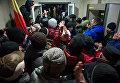 Протестующие и сотрудники правоохранительных органов у здания парламента в Кишиневе