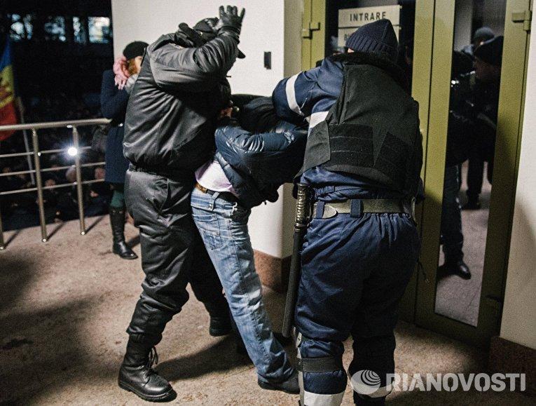Сотрудники правоохранительных органов производят задержание у здания парламента в Кишиневе