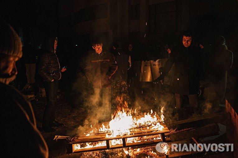 Участники протестных выступлений греются у костра в Кишиневе