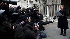 Жена Александра Литвиненко Марина говорит с представителями СМИ возле здания суда в Лондоне 21 января 2016