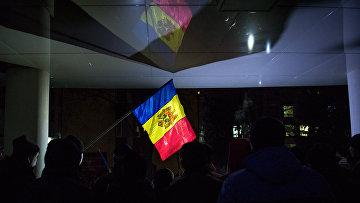 Флаг Молдавии во время акции протеста в Кишиневе