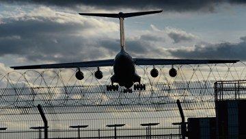 Транспортный самолет ИЛ-76 заходит на посадку в аэропорту Внуково. Архивное фото