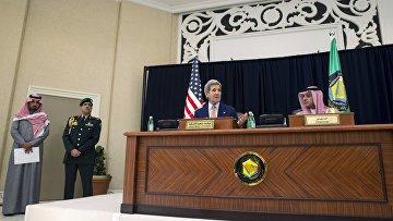 Госсекретарь США Джон Керри и министр иностранных дел Саудовской Аравии Адиль аль-Джубейр на совместной пресс-конференции, 23 января 2016