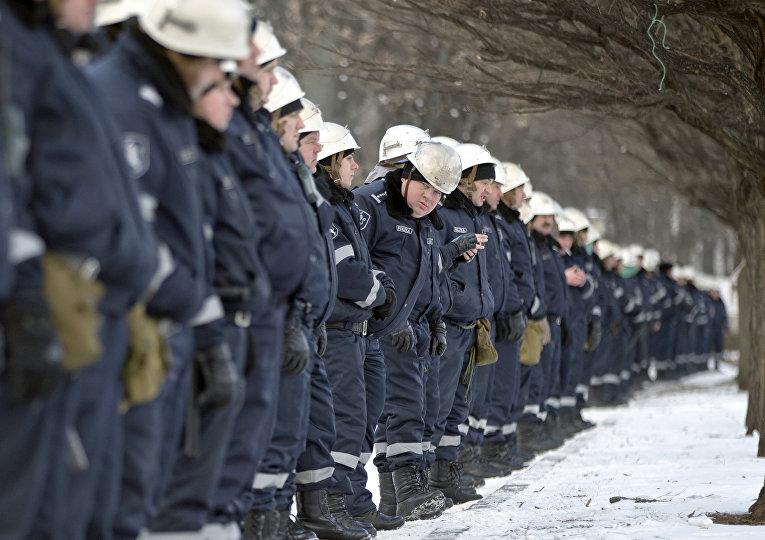 Сотрудники полиции в оцеплении на месте проведения акции протеста оппозиции в Кишиневе