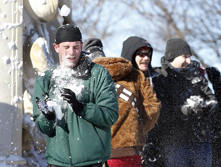 Жители играют в снежки после снегопада в Вашингтоне. Январь 2016