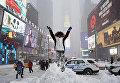 Последствия снегопада на Таймс-сквер в Нью-Йорке. Январь 2016