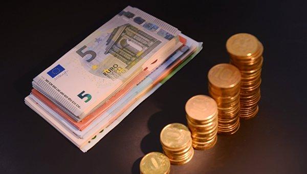 Денежные купюры и монеты России и Европейского Союза. Архивное фото