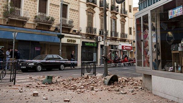 Обломки фасада здания на улице Мелилья, Испания, после крупного землетрясения магнитудой 6,3