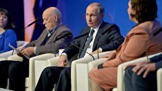 Президент России Владимир Путин принимает участие в пленарном заседании межрегионального форума Общероссийского народного фронта (ОНФ)