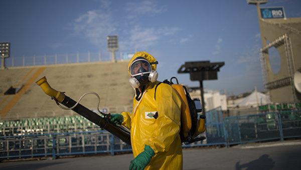 Медработник распыляет инсектициды для борьбы с комарам переносящими вирус Зика в Рио-де-Жанейро. Архивное фото