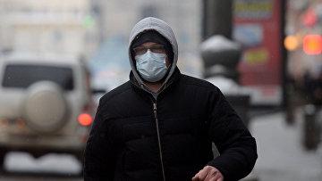 Житель Москвы в защитной маске. Архивное фото