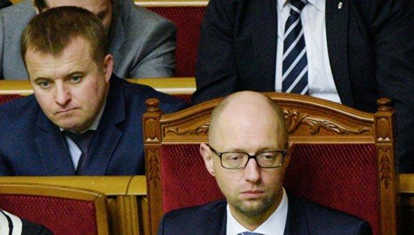 Премьер-министр Украины Арсений Яценюк и министр аграрной политики и продовольствия Украины Алексей Павленко (справа налево во втором ряду)