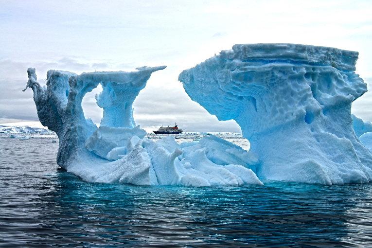 Исследовательское судно у берегов Антарктиды