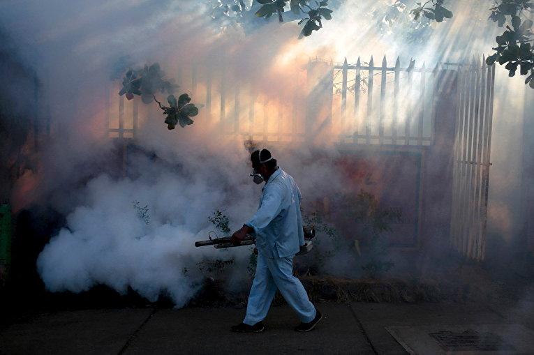 Медработник распыляет инсектициды для борьбы с комарами, переносящими вирус Зика, в Манагуа, Никарагуа