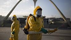 Медработники распыляют инсектициды для борьбы с комарами, переносящими вирус Зика, в Рио-де-Жанейро, Бразилия. Архивное фото