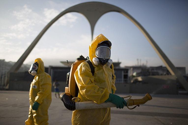 Медработники распыляет инсектициды для борьбы с комарами, переносящими вирус Зика, в Рио-де-Жанейро, Бразилия