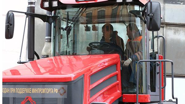 Председатель правительства России Дмитрий Медведев за рулем трактора К708.4-200 Кирюша