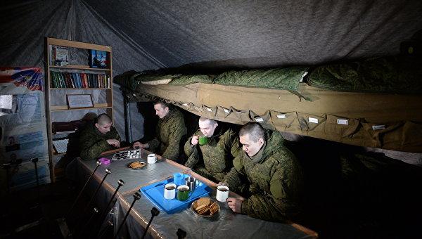 Военнослужащие в палатке отдыха личного состава на полевых позициях в Новосибирском ракетном соединении. Архивное фото