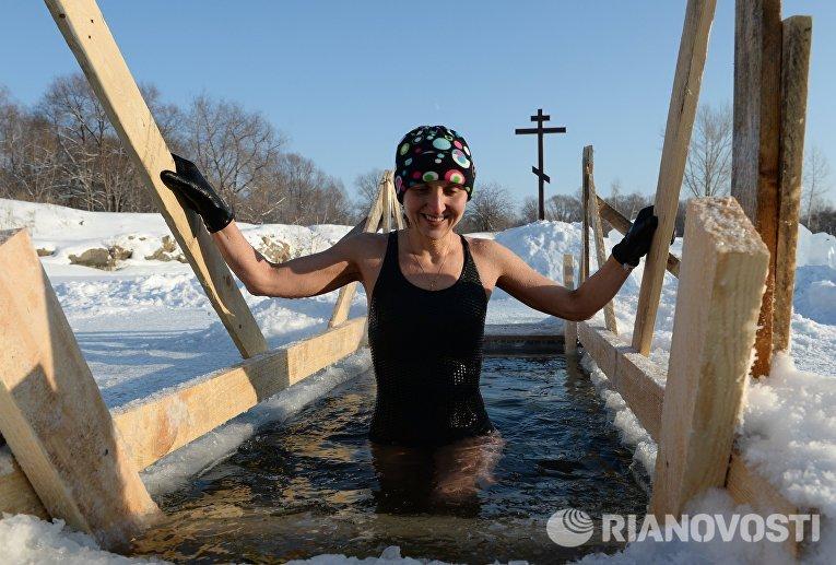 Любительница зимнего плавания в купели на озере Блюдце в Новосибирске
