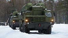 Пусковые установки зенитной ракетной систем С-400 Триумф и самоходный зенитный ракетно-пушечный комплекс Панцирь-С1 (слева направо) на марше в Московской области. Архивное фото