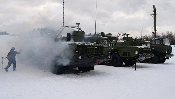 Военнослужащий 606-го краснознаменного гвардейского зенитного полка у пусковой установки зенитной ракетной систем С-400 Триумф, поступившей на вооружение объединения противовоздушной обороны ВКС в Московской области. Архивное фото