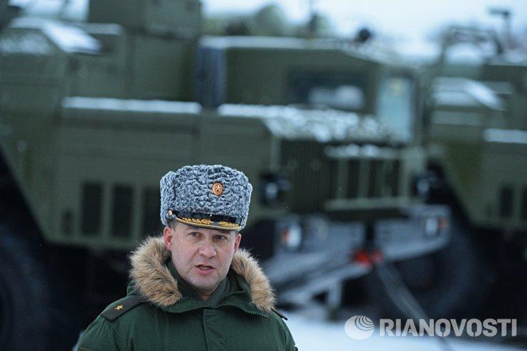 Командующий первой армией ПВО генерал-майор Андрей Дёмин на церемонии заступления на боевое дежурство зенитного ракетного полка Воздушно-космических сил, на вооружение которого поставлена новейшая зенитная ракетная система (ЗРС) С-400 Триумф, в Московской области