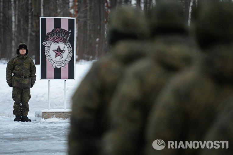 Военнослужащий 606-го краснознаменного гвардейского зенитного полка на церемонии заступления на боевое дежурство зенитного ракетного полка ВКС на вооружение которого поставлена новейшая зенитная ракетная система (ЗРС) С-400 Триумф, в Московской области