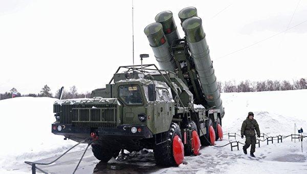 Военнослужащий у пусковой установки зенитной ракетной систем С-400 Триумф, поступившей на вооружение объединения противовоздушной обороны Воздушно-космических сил в Московской области