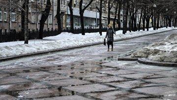 Девушка идет по Никитскому бульвару в Москве Архивное фото