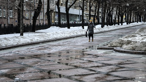 Девушка идет по Никитскому бульвару в Москве. Архивное фото