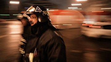 Сотрудники пожарно-спасательных подразделений МЧС на месте пожара.  Архивное фото