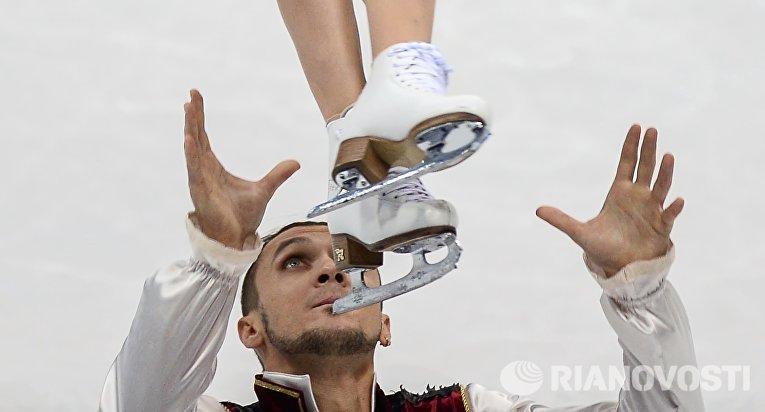 Татьяна Волосожар и Максим Траньков (Россия) выступают в произвольной программе парного катания на чемпионате Европы