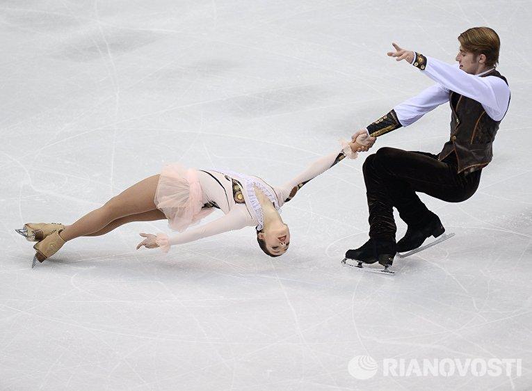 Кристина Астахова и Алексей Рогонов (Россия) выступают в произвольной программе парного катания на чемпионате Европы