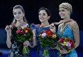 Призеры соревнований в женском одиночном катании на чемпионате Европы по фигурному катанию в Братиславе на церемонии награждения