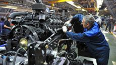 Рабочий в цехе сборки кузовов и шасси на автомобильном заводе КАМАЗ. Архивное фото