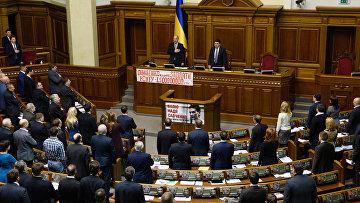 Депутаты на заседании Верховной рады Украины в Киеве. Архивное фото