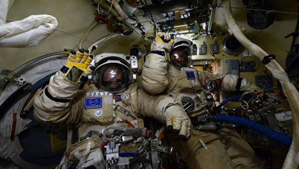 Российские космонавты Сергей Волков и Юрий Маленченко готовятся к выходу в открытый космос. 3 февраля 2016 год