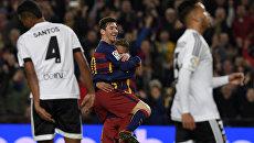 Футбольный матч ФК Барселона против ФК Валенсии на стадионе Камп Ноу в Барселоне